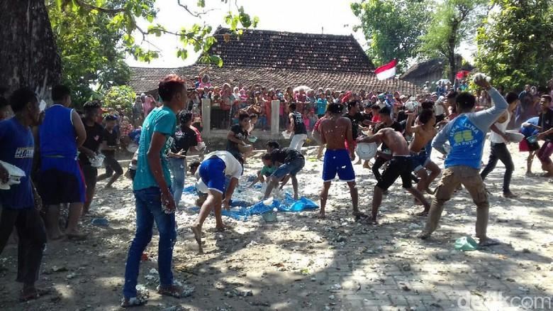 tawuran nasi di Rembang
