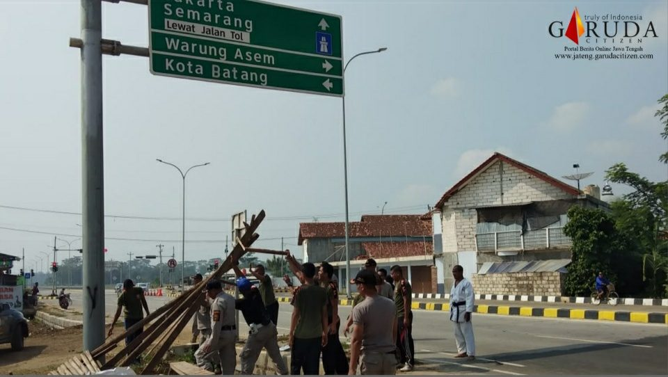 Satpol PP Tertibkan Lapak di Jalur Interchange Tol