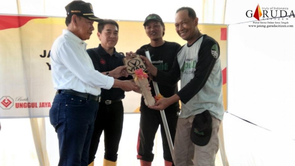 PT Unggul Jaya Berikan Bantuan Sarana Kepada Komunitas Sapulidi