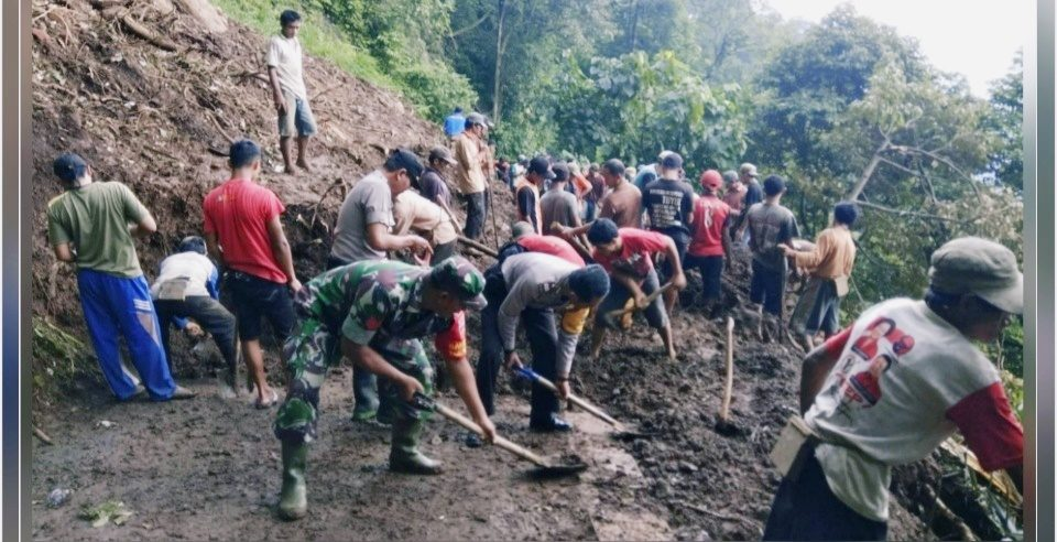 TNI-Polri dan Masyarakat Bersihkan Akses Jalan Tertutup Longsor