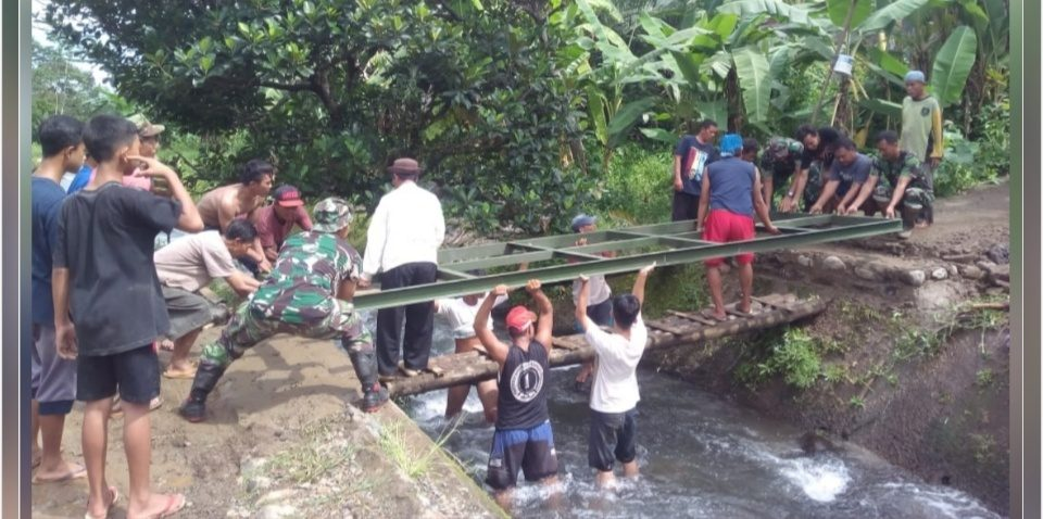 Koramil Doro Bantu Warga Bangun Jembatan Penghubung 2 Desa