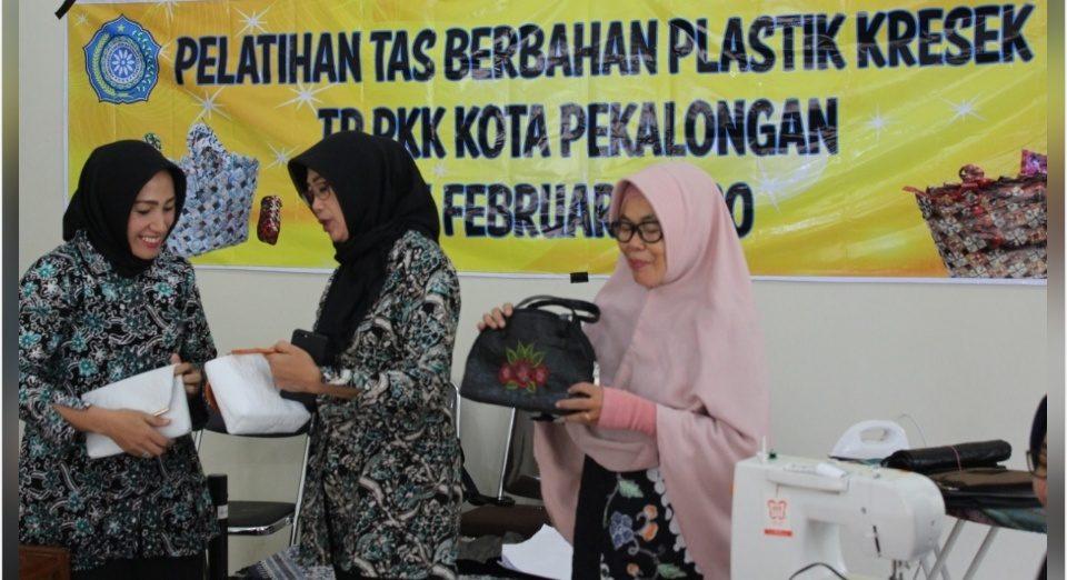 Tingkatkan Nilai Ekonomi, Sampah Plastik Dibuat Tas